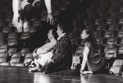 Clara Crocodilo, direção e coreografia unindo teatro, música, dança e performance.